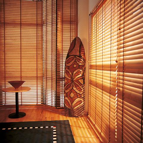 horizontal jalousien aus holz oder aluminium altstadt. Black Bedroom Furniture Sets. Home Design Ideas